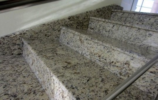 лестница гранит Giallo Santa Cecilia