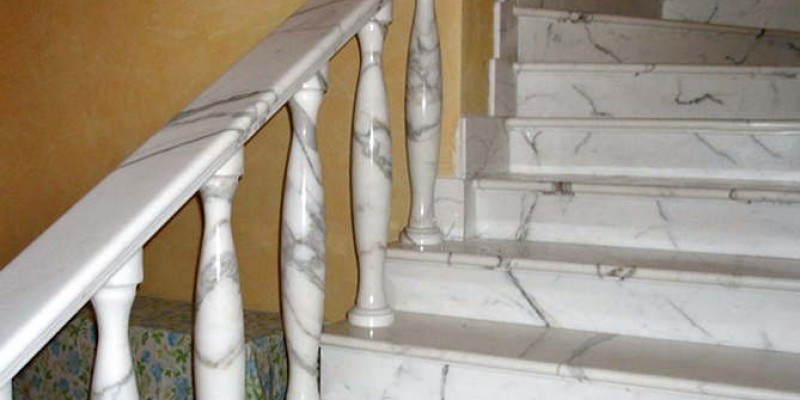 Каменная лестница мрамор Bianco Carrara