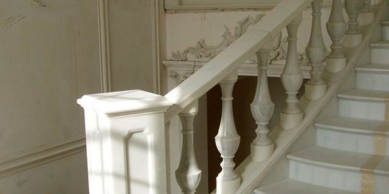 балясины перила из мрамора. мраморная лестница. ступени из мрамора